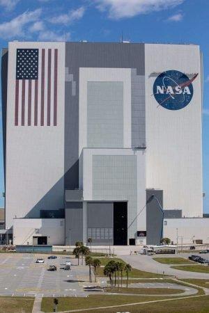 NASA repaints its story flag logo on VAB