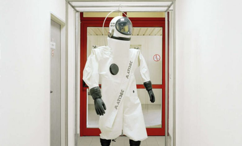 Special suit for hydrazine tankers on earth