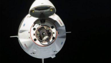SpaceX spacecraft lingers in orbit