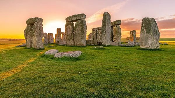 stones at the base of Stonehenge were delivered on the ground