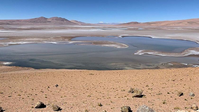 Salt lakes on Mars provide oxygen and hydrogen