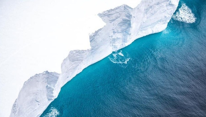 The destruction of the giant iceberg was removed from the plane 3