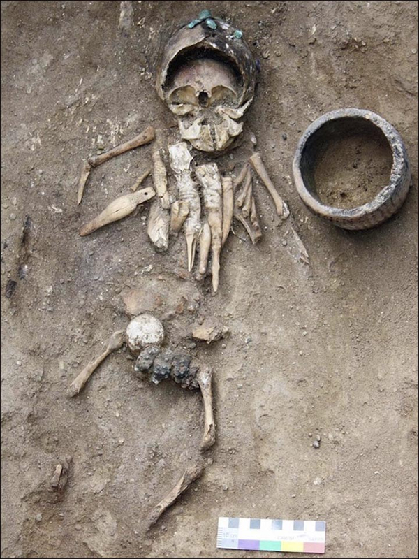 The mystery of stutuettes which are 4000 years old found in an ancient burial in Siberia 7