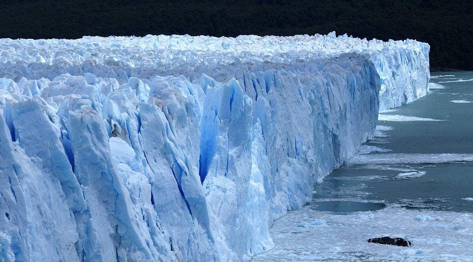 A glacier in Alaska suddenly began to move very quickly