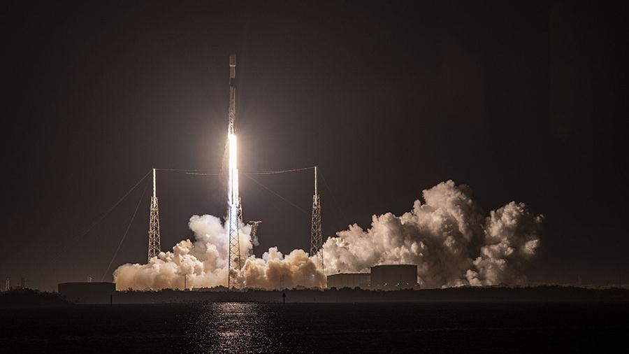 SpaceX wins NASA contract to bring astronauts to the moon