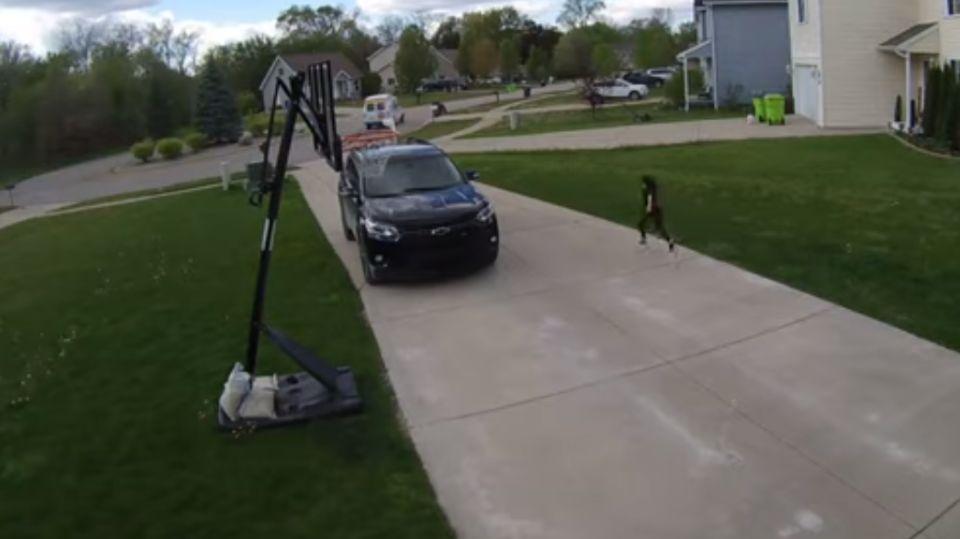 Girl running after ice cream van blew up the Net