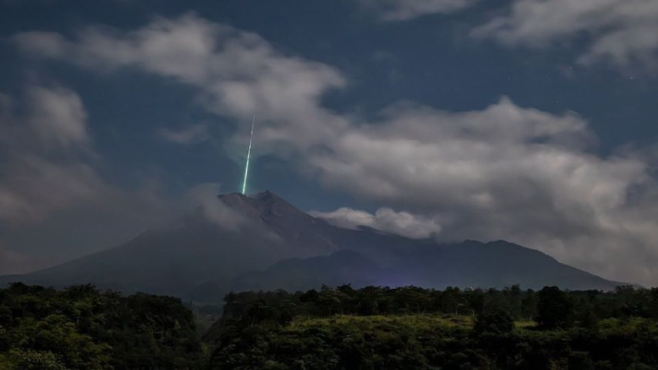 Green beam captured over Indonesian volcano Merapi